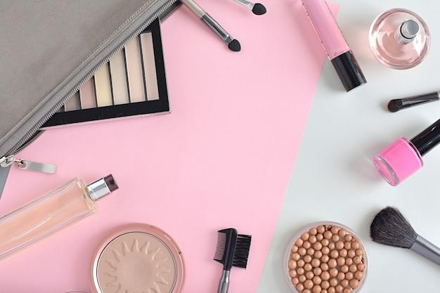 Stylizowana kompozycja z produktami do makijażu