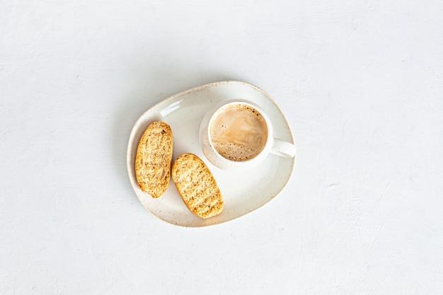 Stylizowana minimalna makieta pulpitu z filiżanką kawy i krakersami