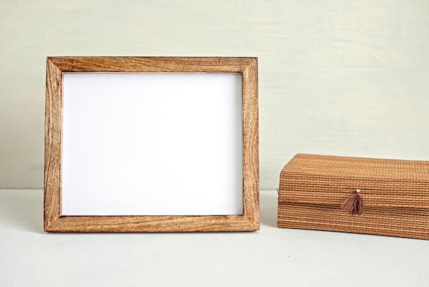 Stylizowana minimalna makieta pulpitu ze stacjonarną ramą w kolorze organicznym