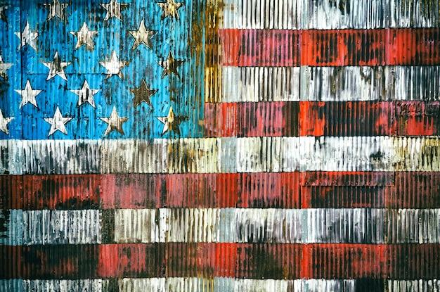 Stylizowany wizerunek amerykańskiej flagi na zardzewiałym płocie