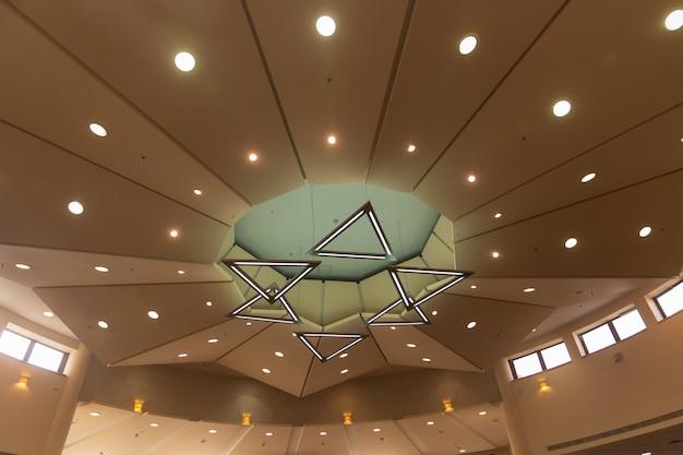 Stylizowany żyrandol gwiazdy dawida wykonany jest z sześciu trójkątów: lampy magen david
