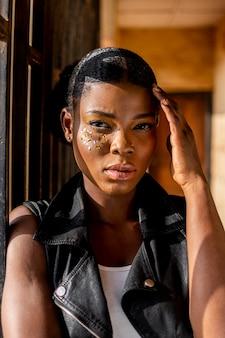 Stylowa afrykańska kobieta w skórzanej kamizelce