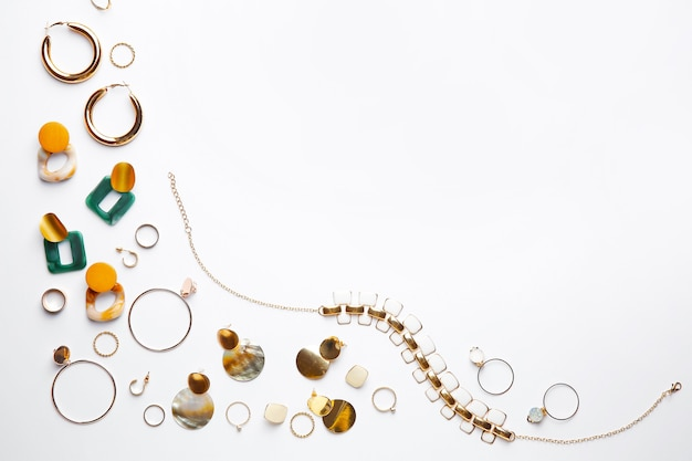 Stylowa biżuteria damska na białym tle