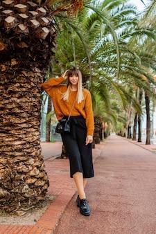 Stylowa blond kobieta ciesząca się weekendem w hiszpanii