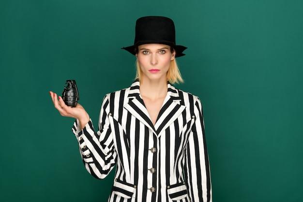 Stylowa blond kobieta trzyma czarny granat