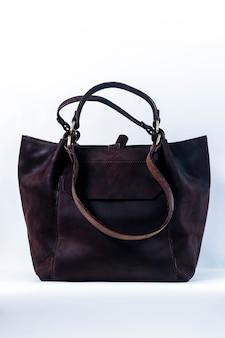 Stylowa brązowa torba z ekoskóry na białym tle