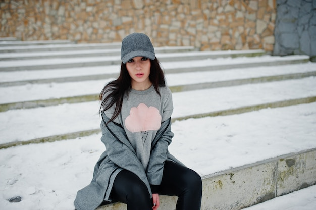 Stylowa brunetka dziewczynka w szarej czapce