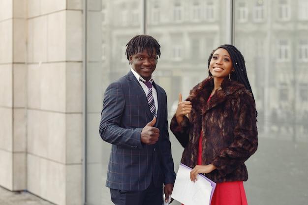 Stylowa czarna para prowadzi rozmowy biznesowe