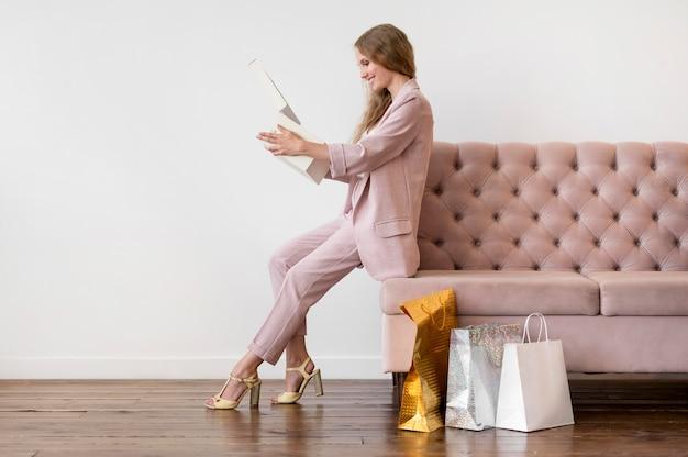 Stylowa dorosła kobieta sprawdza zakupy