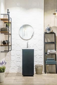 Stylowa drewniana łazienka z okrągłym lustrem i umywalką