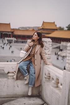 Stylowa dziewczyna odwiedza zakazane miasto w pekinie w chinach