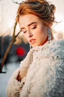 Stylowa dziewczyna tysiącletnia zimowy wieczór ze światłami