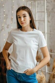 Stylowa Dziewczyna Ubrana W Białą Koszulkę Pozowanie W Studio Premium Zdjęcia