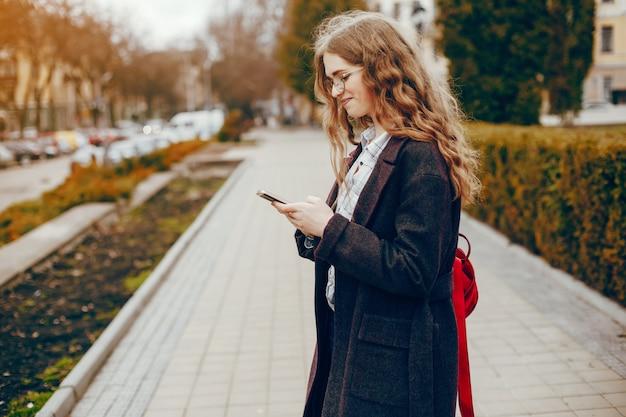 Stylowa dziewczyna w parku