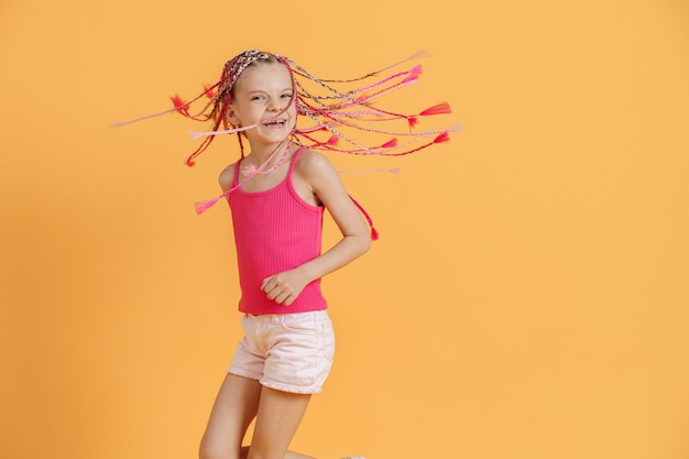 Stylowa dziewczyna z różowymi dredami