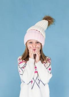 Stylowa dziewczynka ubrana zimą