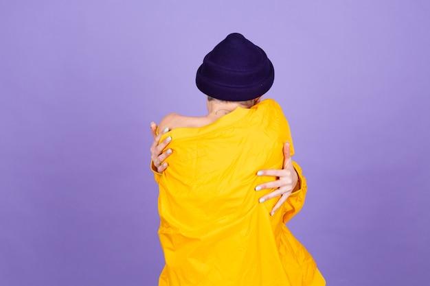 Stylowa europejska kobieta na fioletowej ścianie