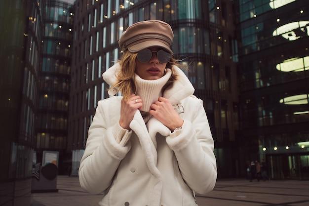 Stylowa i elegancka młoda kobieta w mieście
