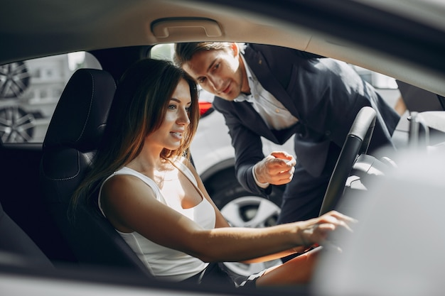 Stylowa i elegancka para w salonie samochodowym