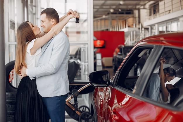 Stylowa i elegancka rodzina w salonie samochodowym