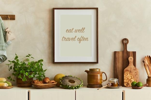 Stylowa i nowoczesna kompozycja wnętrza kuchennego z mocnymi ramami plakatowymi, beżowym drewnianym kredensem, roślinami i dodatkami inspirowanymi retro. szablon. jesienne wibracje.