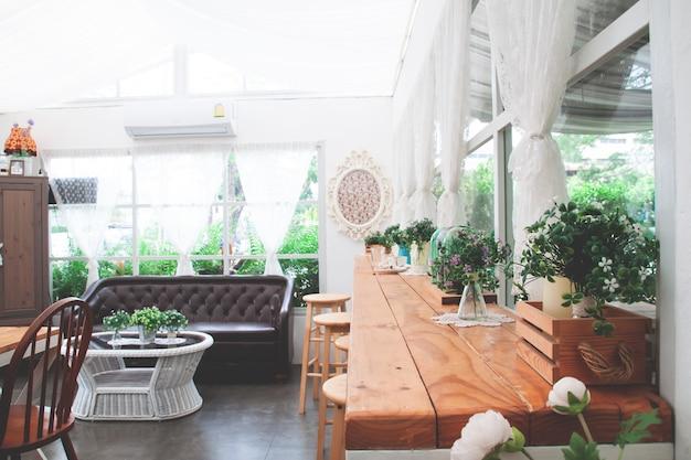Stylowa i przytulna kawiarnia w stylu domowej roboty.