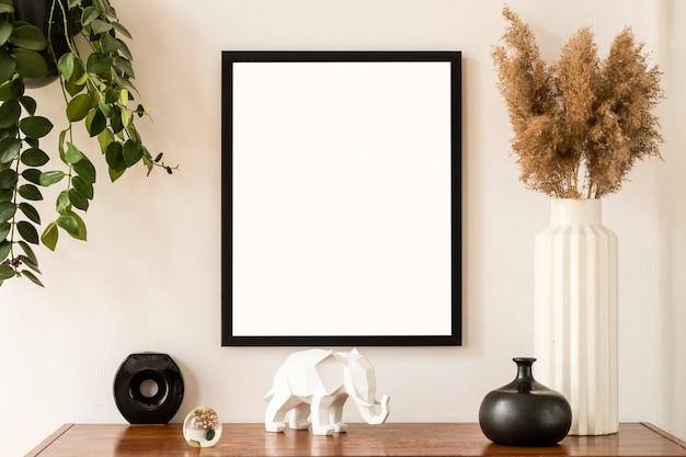 Stylowa i retro przestrzeń wnętrza domu z czarną makietą ramy, designerskimi meblami, starą szafą z eleganckimi dodatkami, roślinami i dekoracją. przytulny wystrój domu. minimalistyczna koncepcja.
