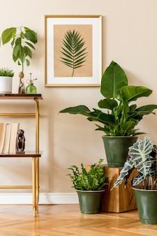 Stylowa i retro przestrzeń wnętrza domu ze złotą ramą makiety, szafką vintage z dodatkami i kompozycją roślin. przytulny wystrój domu. dom i ogród. beżowa koncepcja salonu. szablon.