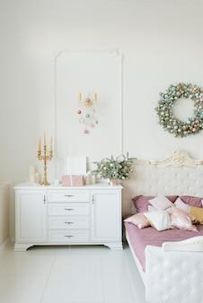 Stylowa klasyczna sypialnia urządzona na boże narodzenie