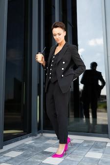 Stylowa kobieta biznesu w pracy, koncepcja silnej i pewnej siebie kobiety