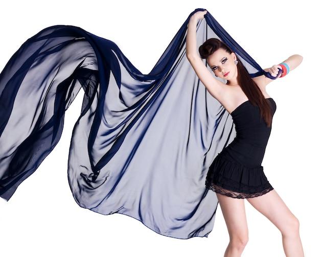 Stylowa kobieta elegancja glamour z granatowym szyfonem - na białym tle