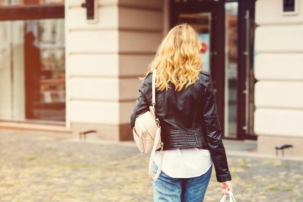 Stylowa kobieta idzie na zakupy