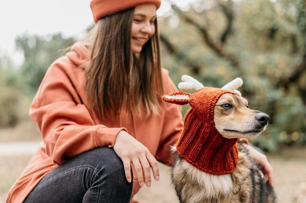 Stylowa kobieta na spacer z psem