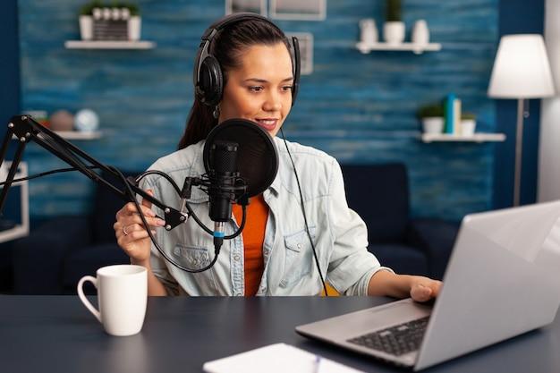 Stylowa kobieta nagrywająca wideo vlog i udostępniająca treści na platformie streamingowej za pomocą sieci społecznościowej. influencerka zajmująca się marketingiem cyfrowym tworząca transmisję za udzielanie porad dotyczących stylu życia.