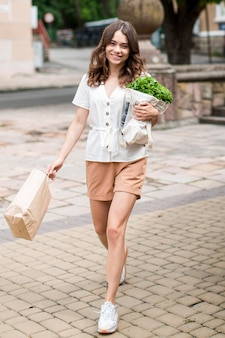 Stylowa kobieta niosąca torbę na zakupy