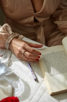 Stylowa kobieta paląca jointa w domu z książką