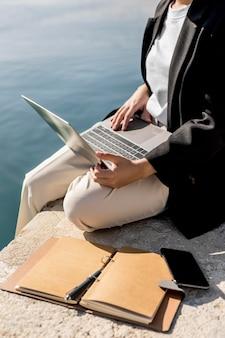 Stylowa kobieta pracująca na zewnątrz w słoneczny dzień