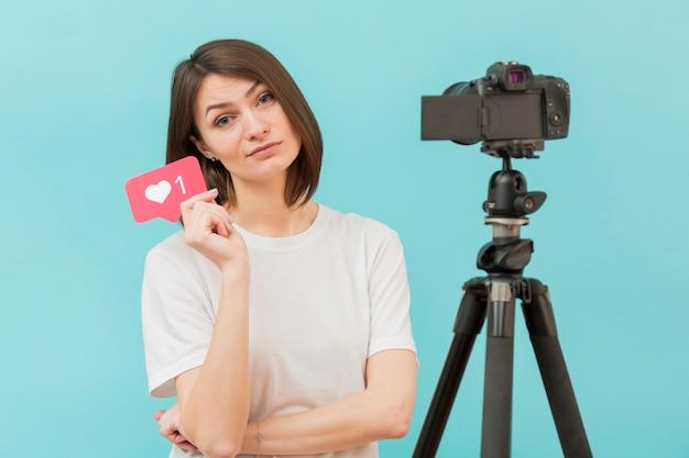 Stylowa kobieta przygotowuje się do filmowania w domu