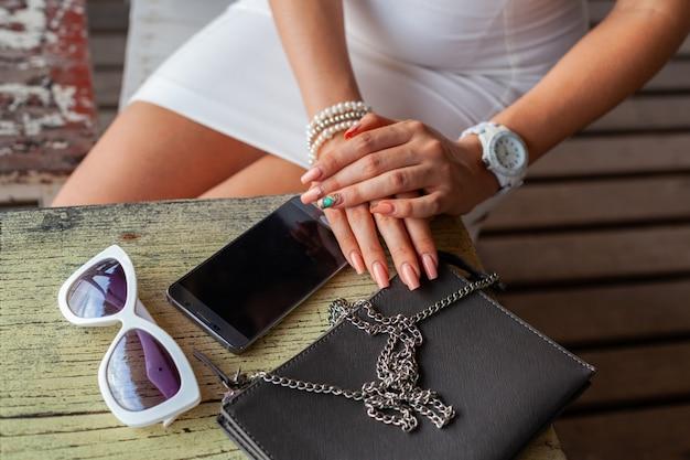 Stylowa kobieta ręce za pomocą smartfona