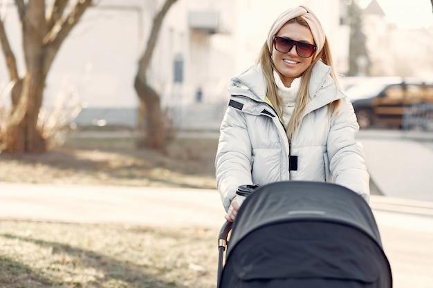 Stylowa kobieta spaceru po mieście z przewozu