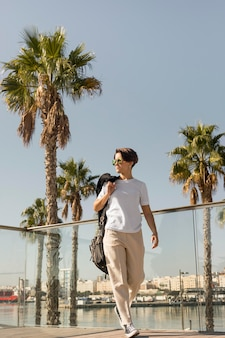 Stylowa kobieta spaceru po mieście