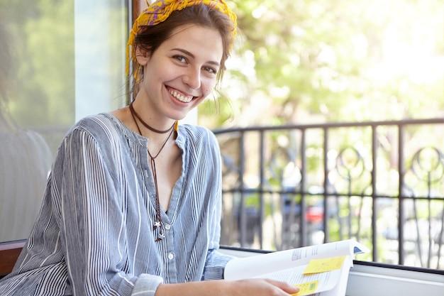 Stylowa kobieta ubrana w żółtą chustkę