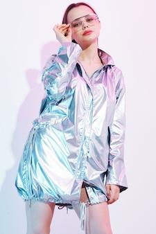 Stylowa kobieta w błyszczącej kurtce