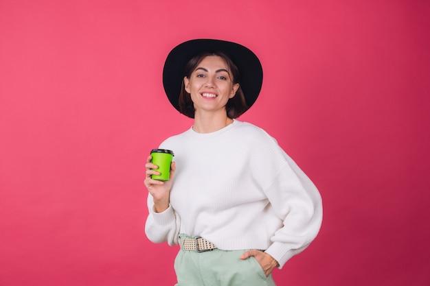 Stylowa Kobieta W Dorywczo Biały Sweter I Kapelusz Na Różowej Czerwonej ścianie Premium Zdjęcia