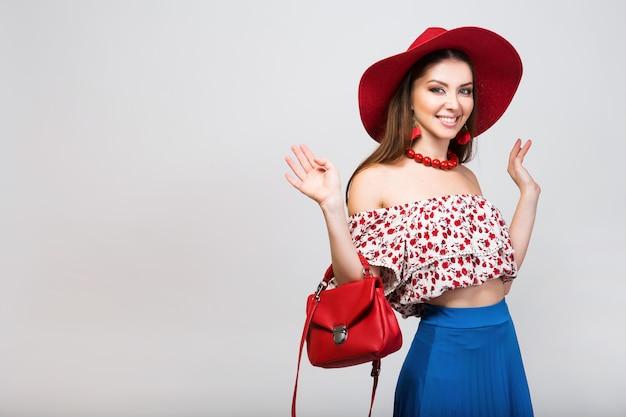 Stylowa kobieta w letni strój na białym tle pozowanie w trend w modzie na białym tle