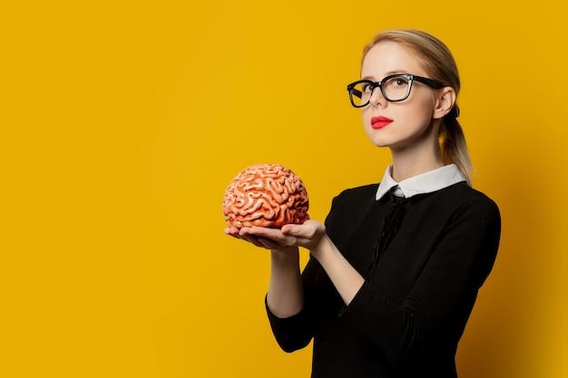 Stylowa kobieta z ludzkim mózgiem