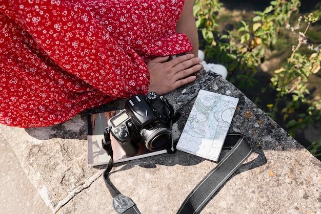 Stylowa kobieta z mapą do podróży