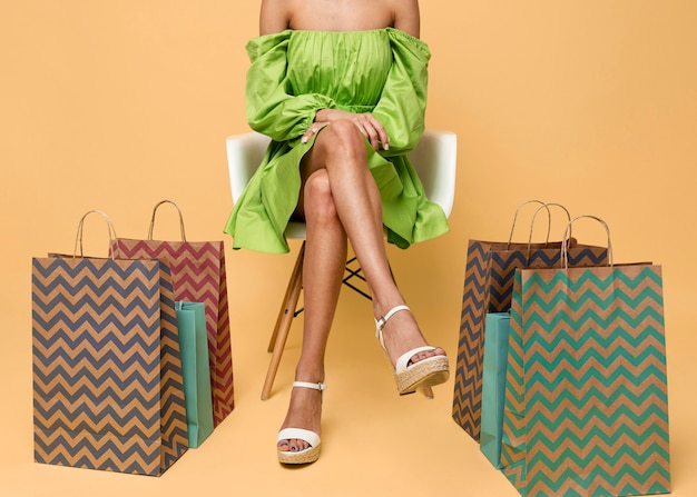 Stylowa kobieta z torby na zakupy