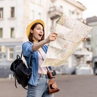 Stylowa kobieta zaskoczona miejscowymi atrakcjami turystycznymi