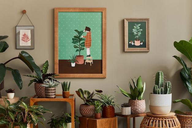 Stylowa kompozycja botaniczna wnętrza przydomowego ogrodu z drewnianą ramą, wypełniona wieloma pięknymi roślinami domowymi, kaktusami, sukulentami w różnych designerskich donicach i kwiatowymi dodatkami.